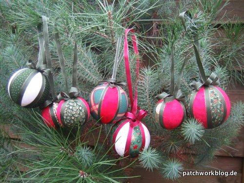 2009-12-patchworkblog-weihnachtskugeln-selbstgemacht-in-baum